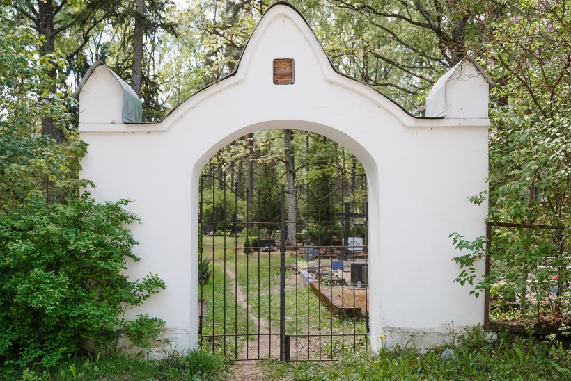 Lugejakiri   Kadunud kombed ja tavad: kas sina sulged surnuaias enda järel värava?