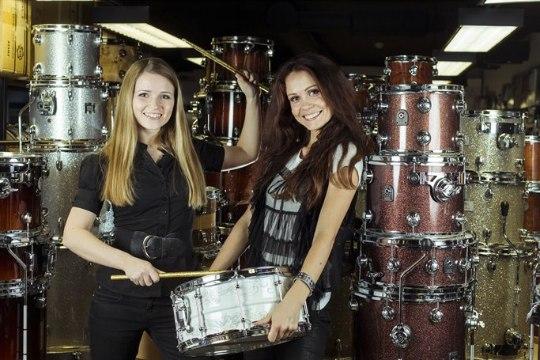DrumAttack – kaks väikest tüdrukut hiigelsuure hunniku trummide taga