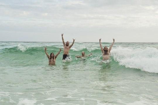 Metsatöll USA-tuuril: Floridas käidi talvemütsides kohalike pilgu all ujumas