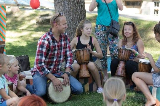 ÕHTULEHE VIDEO | Arvamusfestival? Pähh, õpime parem trumme mängima (ja vihmausse sööma)