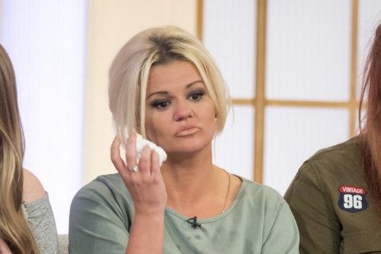 Briti poptäht sundis teismeeas oma ema surmavat üledoosi võtma