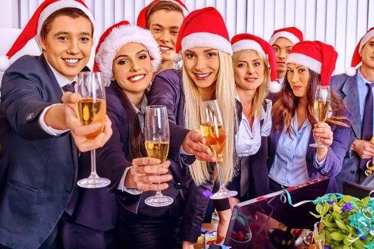 JÕULUPEOD: riigiametnikud kõlistavad šampanjaklaase nii hotellis kui ka muuseumis