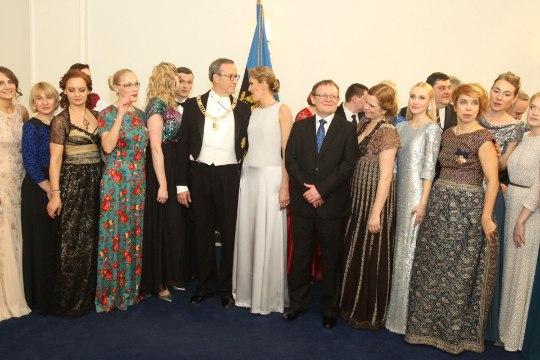 FOTOD   VÄIKE SELFIE? Presidendipaar poseeris koos peokülaliste ja kokkadega
