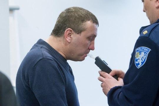 Mõrvas süüdistatav mees tuli kohtuistungile ärevust vähendavas palderjaniuimas