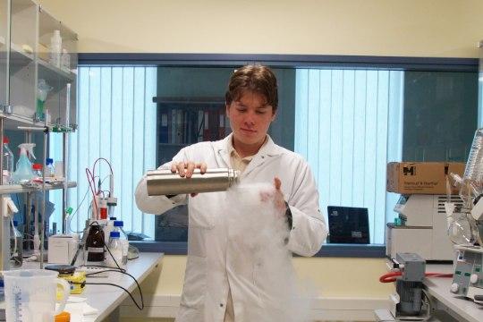 Первый и единственный химик-видеоблогер в Эстонии с 37 миллионами просмотров снимает эксперименты прямо в саду в Маарду
