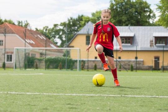 Jalgpalli EMi finaalis jalgpallurit saatev Olga: tahaksin võtta Ronaldo käest kinni