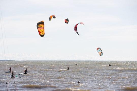 GALERII   Surfilaagris hullavad surfarid tugevat tuult trotsides lainetes