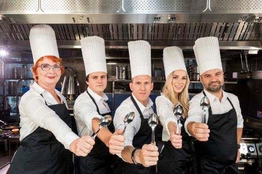 """Mihkel Raud, Liis Lemsalu, Joosep Järvesaar, Yana Toom ja Ott Kiivikas ristavad noad ja pannid uues kokandussaates """"Tähtede hõbelusikas""""!"""