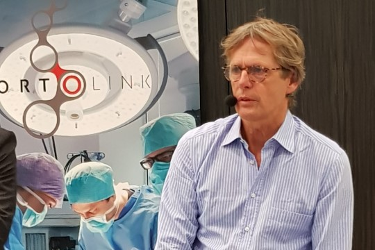 Maailmakuulus hüppeliigesekirurg näitas Tallinnas oma oskusi