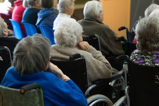 Küsimus   Miks saavad hooldekodu elanikud üksi elava pensionäri toetust?