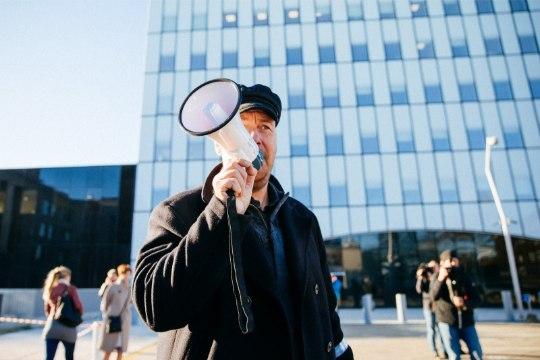 GALERII  ja VIDEO   Rail Balticu salatsemise vastu protestijad sõitsid lasterongiga Simsoni juurde