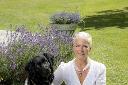 Evelin Ilves visati koos koeraga hotellist välja