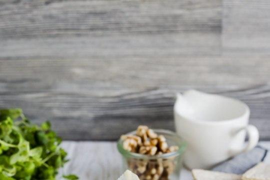 RETSEPT: Mee, pähklite ja ürtidega küpsetatud valgehallitusjuust