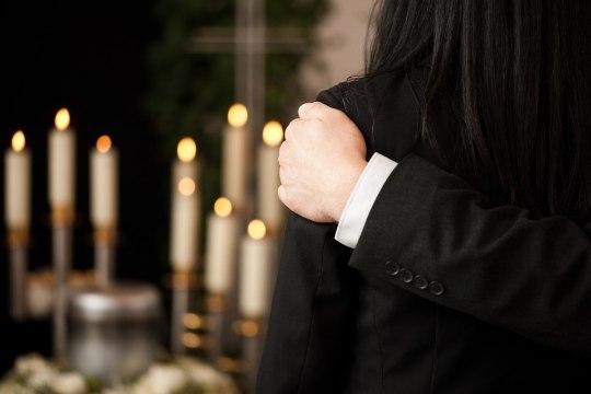 MINNES KOOS: vähki surev naine hoiab käest vähki sureval abikaasal...