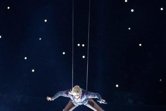 VÕIMAS HÜPE: Lady Gaga vuhises Super Bowlil 79 meetrit läbi õhu