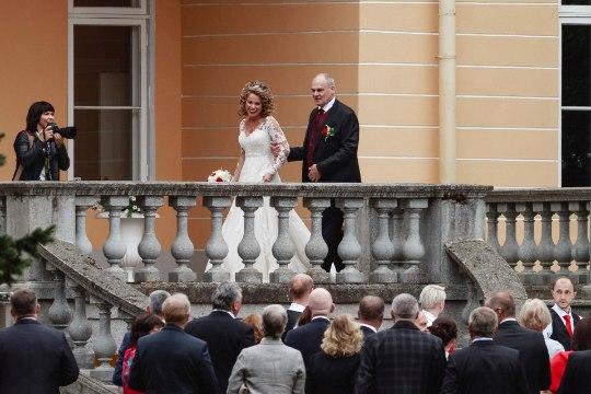 Uunikum vedas alt! Jaan Toots ja Eve Kirs jätsid pulmalised mõisa treppi ootama