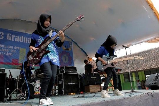 RAJU TÜDRUKUTEBÄND: Indoneesia moslemineiud mässavad heavy metalit mängides