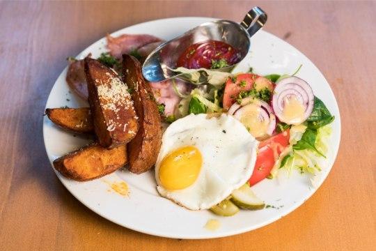 VIDEO | HOMMIKUSÖÖK STAARIGA. Bravuuritar valmistas Jaanus Raidalile hilise hommikusöögi
