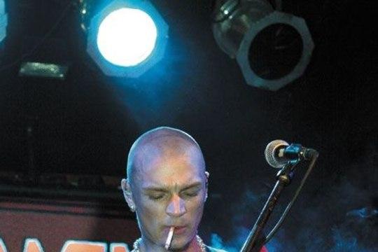 15 AASTAT TANEL PADARIT JA THE SUNI: suure käraga lahkunud trummar ning laval suitsetav Padar