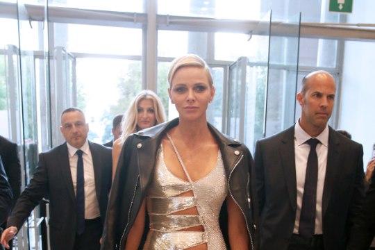 UH, MILLINE NAINE! Monaco vürstinna kandis vürtsikate piiluaukudega kleiti