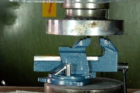 SADISMI MEISTRIKLASS: vaata, millist purustustööd suudab teha hüdrauliline press
