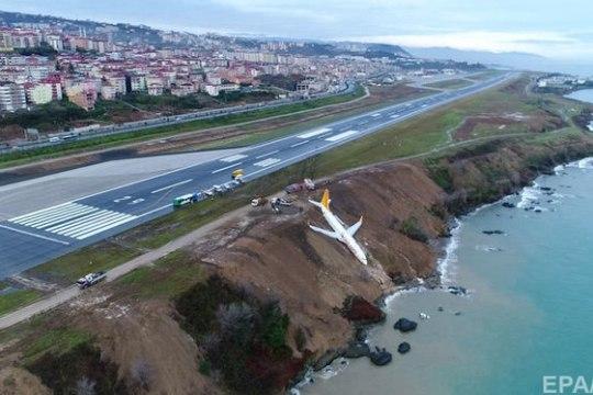 ВИДЕО: самолет в Турции выкатился за пределы полосы и застрял на обрыве