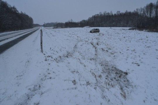 FOTOD | Viljandimaal põrutas auto libeduse tõttu kaugele põllule