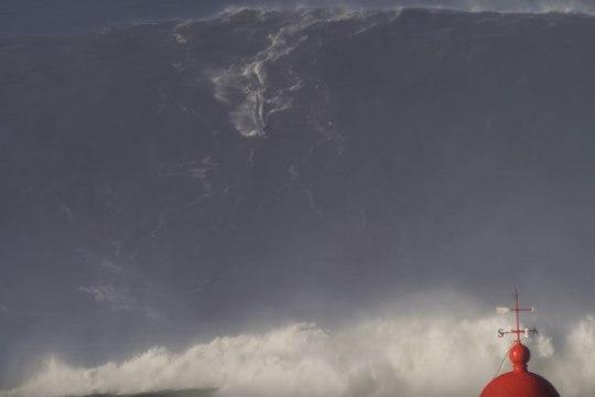 VÕIMAS MURDLAINE: vaata, kuidas surfar lendleb mäekõrgusel veemassil