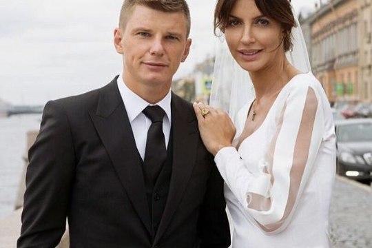 Stjuardesside korraldusi eiranud ning end FSB majoriks nimetanud Venemaa jalgpallistaari abikaasa tõsteti koos laste ja lapsehoidjaga lennukist maha