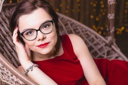Молодая ассистентка Евгения Петросяна зарабатывает около 800 000 рублей в месяц