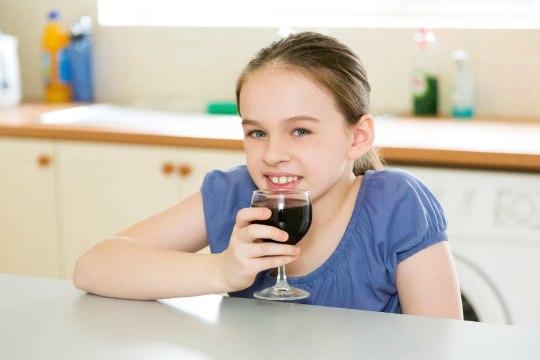 Pidupäeval võiks ka lapsele natuke napsi pakkuda! 9 müüti alkoholist, mida paljud vanemad usuvad
