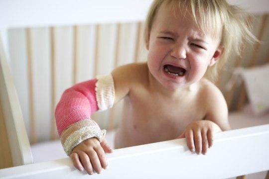 TRAUMATOLOOG LASTE VIGASTUSTEST: imikud kukuvad voodist ja turvahällist, põletavad end kuuma vedelikuga