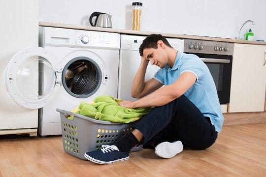 STEREOTÜÜP VASTAB TÕELE: mehed teevad tõrksalt majapidamistöid ja kodumasinad on neile müstika!