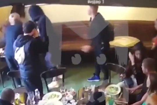 VIDEO   Hommikusöögi ajal tooliga näkku? Venemaa koondislased käitusid kõrge ametnikuga väga inetult