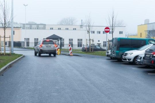 ÕL VIDEO | JABUR VÄRK: Tallinna parkla, mille kõik väljapääsud on tähistatud keelumärkidega