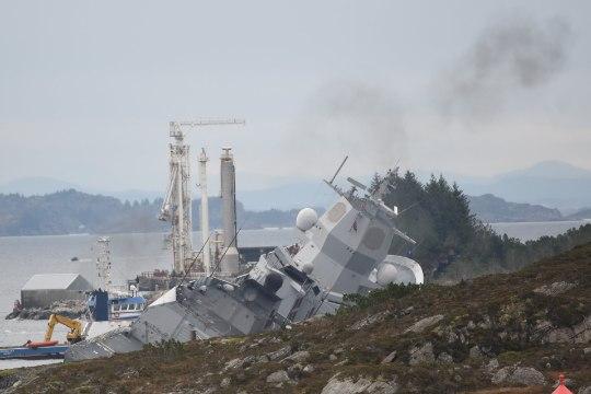 NATO õppuselt tulnud Norra sõjalaev põrkas naftatankeriga kokku