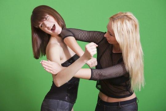 Naiste kätš Narva klubi ees lõppes rinnast hammustamisega