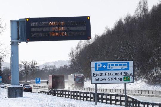 GALERII | PAKASEPAANIKA INGLISMAAL: inimesed jäid autodesse lõksu, ilmajaam andis kõrgeima taseme hoiatuse