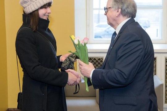 GALERII | Riigikogu mehed võtsid naiskolleege juba uksel lilledega vastu