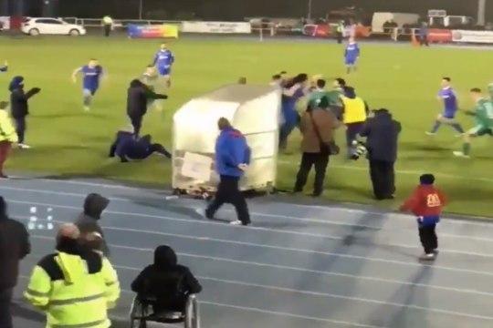VIDEO | Iirimaa liiga jalgpallurid muutusid sekundiga Conor McGregoriks, Sander Puri nägi kaklust ideaalsest positsioonist