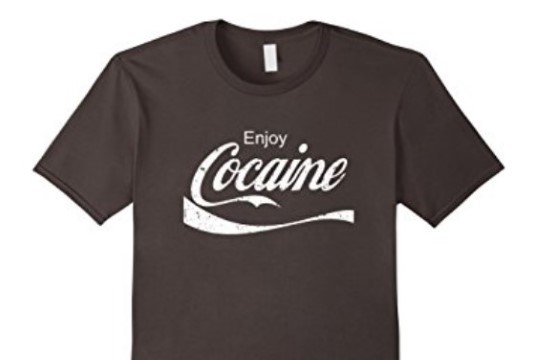 """Amazoni veebipoes olid müügil laste T-särgid kirjaga """"Naudi kokaiini!"""""""