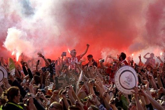 VIDEOD | PSV jalgpallurid möllasid Eindhoveni linnaväljakul koos tuhandete fännidega