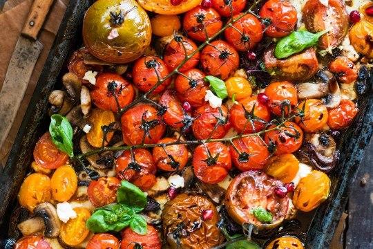 Mõnusalt vahemerelik! Ahjus grillitud tomatid sinihallitusjuustu ja basiilikuga