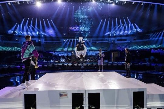 Eurovisioni proovis selga vigastanud Tšehhi laulja: esinen igal juhul