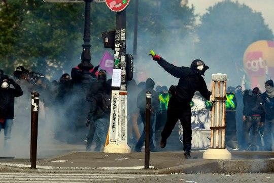 Появилось ВИДЕО массовых беспорядков в Париже