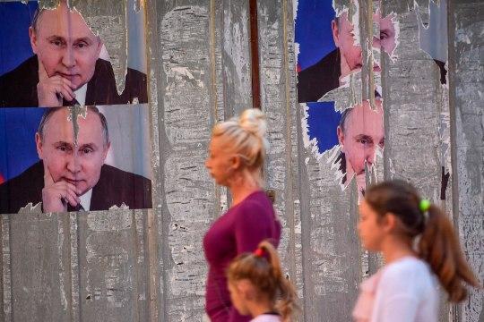9. mai Kosovos: serblased riputasid välja Vene lipud ja Putini plakatid