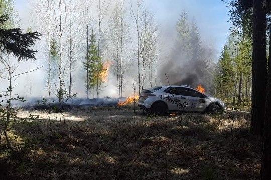 VIDEO JA FOTOD | Karm õnnetus: Tallinna rallil süttis auto ning selle tagajärjel ka mets