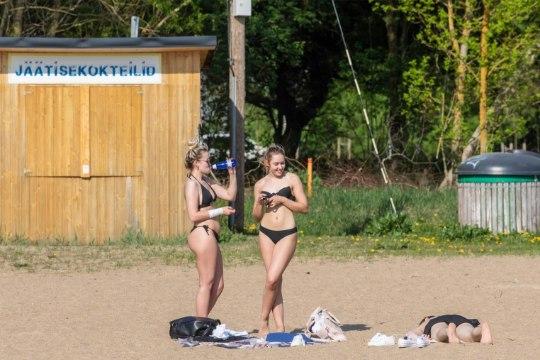 Смотри, на пляжах уже загорают. 14 мая в Таллинне было +31