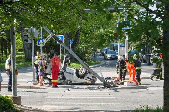 ДТП в Тарту: водителя пришлось вырезать из перевернувшегося автомобиля (фото)