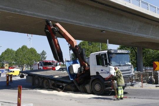 Фото: в Хааберсти грузовик сломался пополам, зацепившись за новый мост